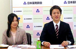 日本薬学生連盟(右・小林大翼会長)が日本薬剤師会で記者会見