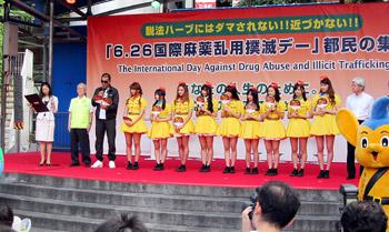 主催者とゲストのプロレスラー・蝶野正洋氏、アイドルグループ・PASSPO☆が「薬物乱用撲滅宣言」