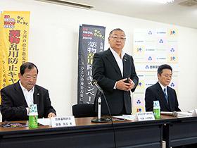 活動内容を説明する政令指定都市薬剤師会の小野春夫代表(中央)ら