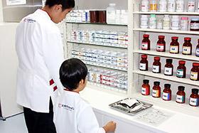 薬棚から処方箋の内容通りに薬剤を取り出す