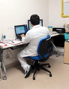 ケアステーション内の専用室で作業する病棟薬剤師