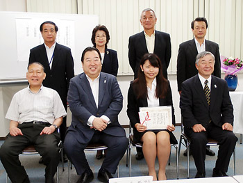 東京薬事協会役員らとの記念撮影。前列中央が岩城会長と第1期奨学生として採用された細見さん