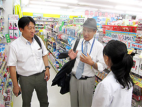 受け入れ先の店舗を視察したJACDS・小田兵馬副会長(中央)