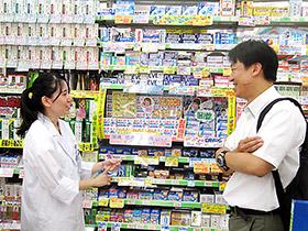 参加学生(左)から話を聞く城西大学薬学部・上田秀雄准教授