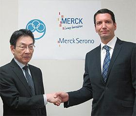 国立がん研究センターの堀田知光理事長(左)とメルクセローノ日本法人のパリス・パナヨトプロス社長