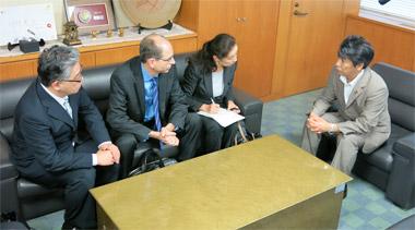 大臣室で田村憲久厚生労働相と面談するデビッド・エプスタイン社長ら