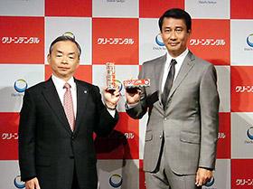 クリーンデンタルへの期待を示す西井良樹社長(左)と中井貴一