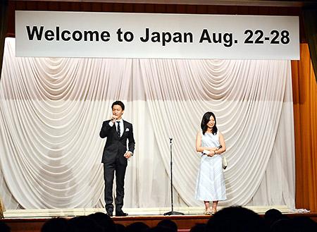 日本薬学生連盟の小林大翼代表(左)と山田実行委員長のあいさつ(Welcome partyにて)
