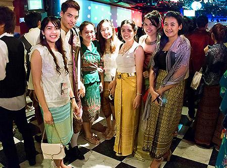 各国の衣装のお披露目(インターナショナルナイト)