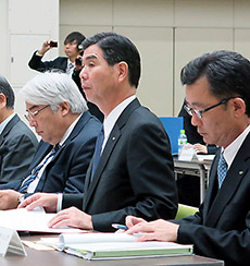 意見陳述に臨むGE薬協の吉田逸郎会長(中央)