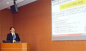 くすりの適正使用協議会で講演する北海道薬科大学・岡崎光洋氏