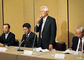 会見する中村勝会長(左から3人目)ら