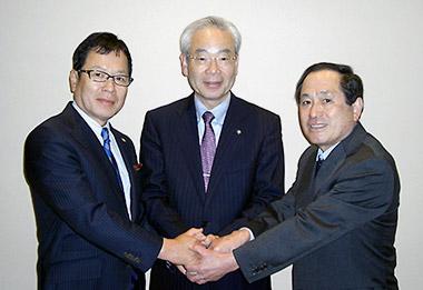 握手を交わす3社長(左から永冨茂氏、武田宏氏、重松清二氏)