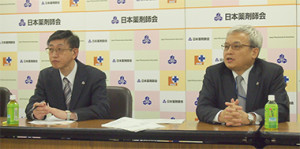 会見する三浦洋嗣副会長(左)と土屋文人副会長