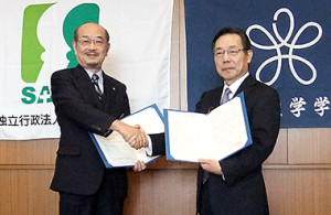 左から堺市立病院機構理事長・北村惣一郎氏と近畿大学薬学部長・村岡修氏