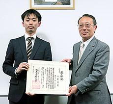 博士号を取得した上野崇宏氏(左)