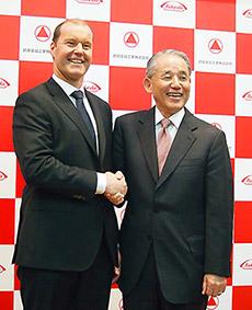 会見後握手するクリストフ・ウェバー氏(左)と長谷川閑史氏