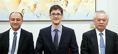 ブザンソン氏(中)の取材に協力いただいた橋田京大教授(右)と熊本武蔵野大教授