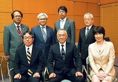 北田光一会長(前列中央)と新執行部