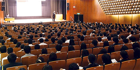多くの薬学生を前に特別講演