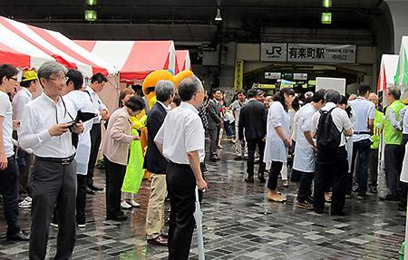 会場となった有楽町駅前広場。梅雨空でいつ雨が降り出してもおかしくない天候の中、たくさんの人たちでにぎわった。幸い、イベント中は大雨はなかった
