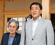 あいさつする大泉高明理事長(右)と大泉美江子蓼科笹類植物園会長