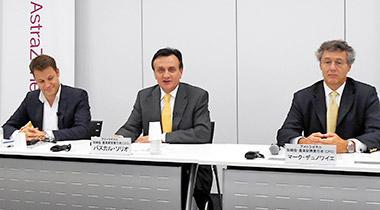 会見するパスカル・ソリオ氏(中央)、マーク・デュノワイエ氏(右)、ガブリエル・ベルチ氏(左)