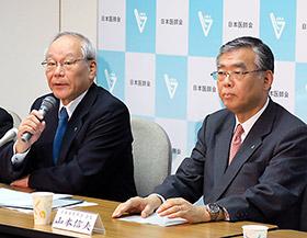 会見する横倉義武日医会長(左)と山本信夫日薬会長