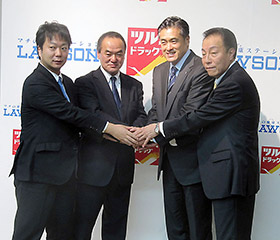 中央左がツルハHD・堀川政司社長、右がローソン・玉塚元一社長
