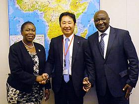 両駐日大使と支援の握手をする大幸薬品の柴田高社長