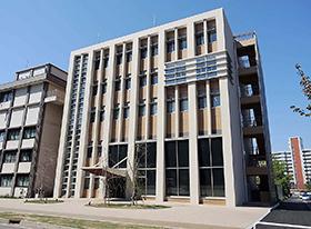 薬学部校舎に隣接して建設された5階建ての新研究棟。18日に開所式が行われる