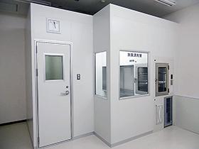 日本調剤江東薬局の無菌調剤室