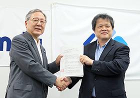 握手するPMDA・近藤達也理事長(左)とAMED・末松誠理事長