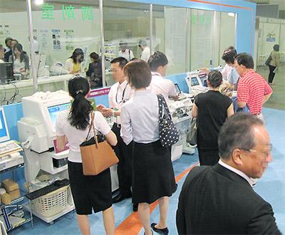 最新の調剤機器等が展示され、参加者の関心を集めた