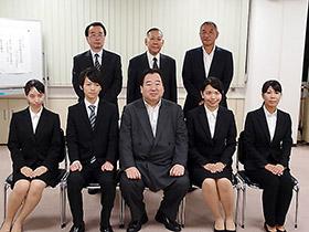 前列中央の岩城修会長と4人の奨学生たち