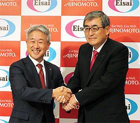 握手を交わす味の素の西井孝明社長(左)と内藤晴夫CEO