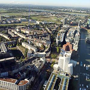 ライン川沿いに立つラインタワーからのデュッセルドルフの景色
