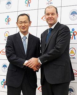 握手するCiRAの山中伸弥所長(左)と武田薬品のクリストフ・ウェバー社長