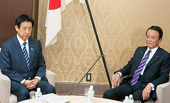 16年度予算案の折衝に臨む塩崎恭久厚生労働相(左)と麻生太郎財務相