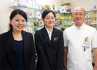 右から大木先生、山口、飯塚千亜希(日本薬学生連盟会長)