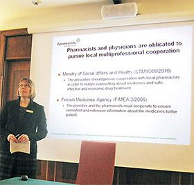 電子処方箋と医療連携の可能性について説明するフィンランド薬剤師会のSalimaeki女史