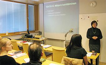 ヘルシンキ大学の5年コースで批判的レビューの講義をするAiraksinen教授(社会薬学)