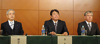 中央が杉本雅史会長、左が上原明副会長