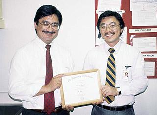 写真2:ミシガン大学研修修了証書授与(左からDr.de Leon、筆者)
