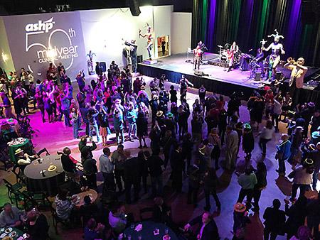 Mardi Gras Worldを貸し切って行われた懇親会。バンド演奏を聞きながら、食事やダンスを楽しんでいる