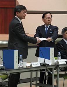 改定の答申書を竹内厚労副大臣(右)に手渡す田辺中医協会長