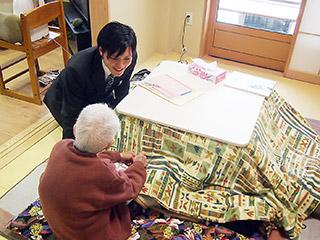 新田の家で利用者の方々と懇談