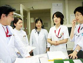 済生会横浜市南部病院の緩和ケアチーム回診(左から筆者、薬剤師、ソーシャルワーカー、看護師、医師)=写真1