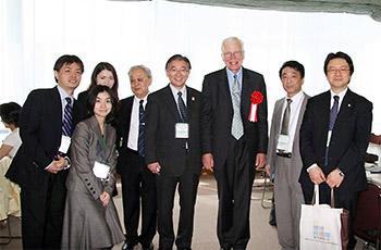 第2回日本緩和医療薬学会年会で撮影(左から成田年先生、薬剤師2人、武田文和先生、筆者、トワイクロス先生、鈴木勉先生、的場元弘先生)=写真2