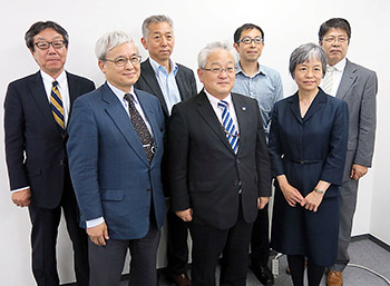 前列中央の木平健治会長を中心に新たに選任された副会長ら